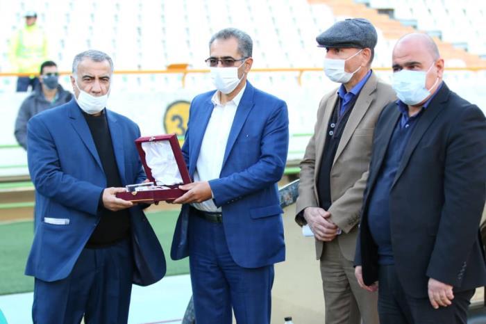 اهدای تندیس فوتبال به برادر شهید دل آذر